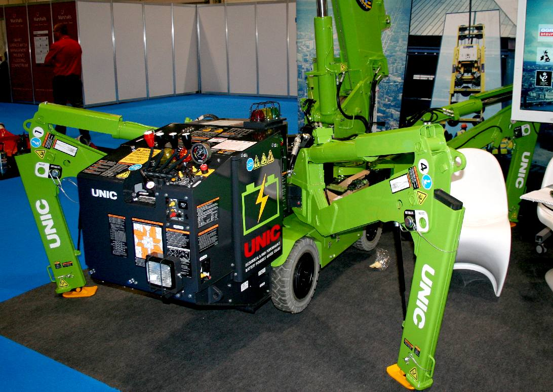 Portable crane lifting solution with hydraulic feet extension
